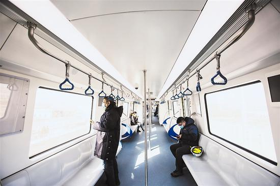 图为地铁13号线列车进行列车线上滑行。大连新闻传媒集团记者王华 摄