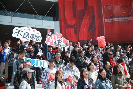 """千余名大工青年""""快闪""""庆祝建校72周年 献礼建党100周年"""