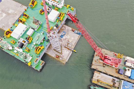 潜水母船吊机安装拉合系统。