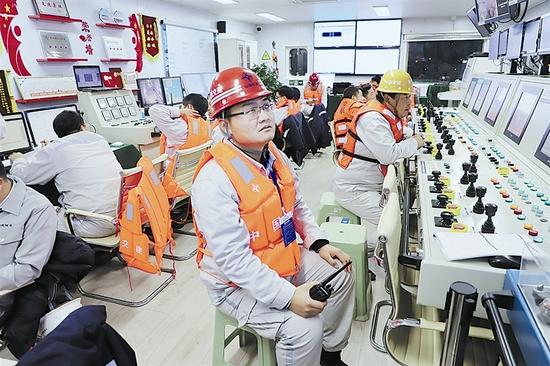 尚乾坤在安装船现场指挥沉管安装。