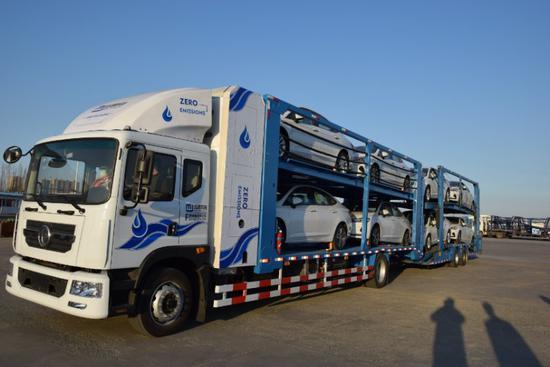 大连自贸片区研发生产出世界首款燃料电池重型轿车运输车