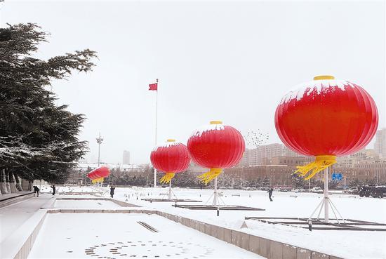 尽管风雪袭城,但人民广场上到处充满着新年的喜庆气氛。白雪青松相映争艳,白鸽飞舞,8盏巨大的新年红灯笼树立在广场上,把银装素裹的广场点缀得更加娇艳。大连新闻传媒集团记者王华 摄