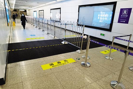 大连地铁所有车站出入口已安装消毒垫。图片由地铁集团提供