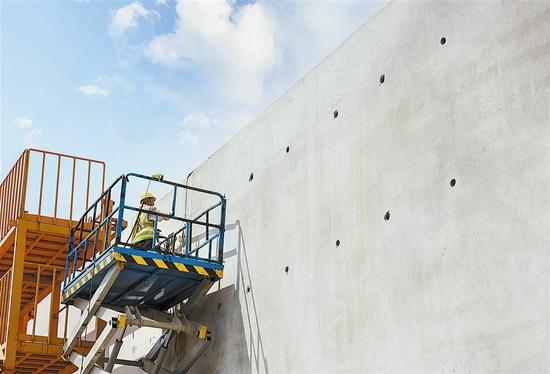节段接头挡砂钢板清理。