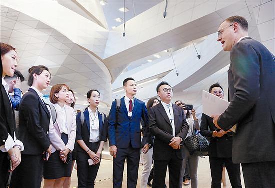 市民代表走进达沃斯会场。 本报记者王华 摄