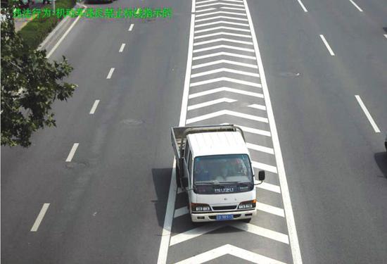▲机动车违反禁止标线行驶。