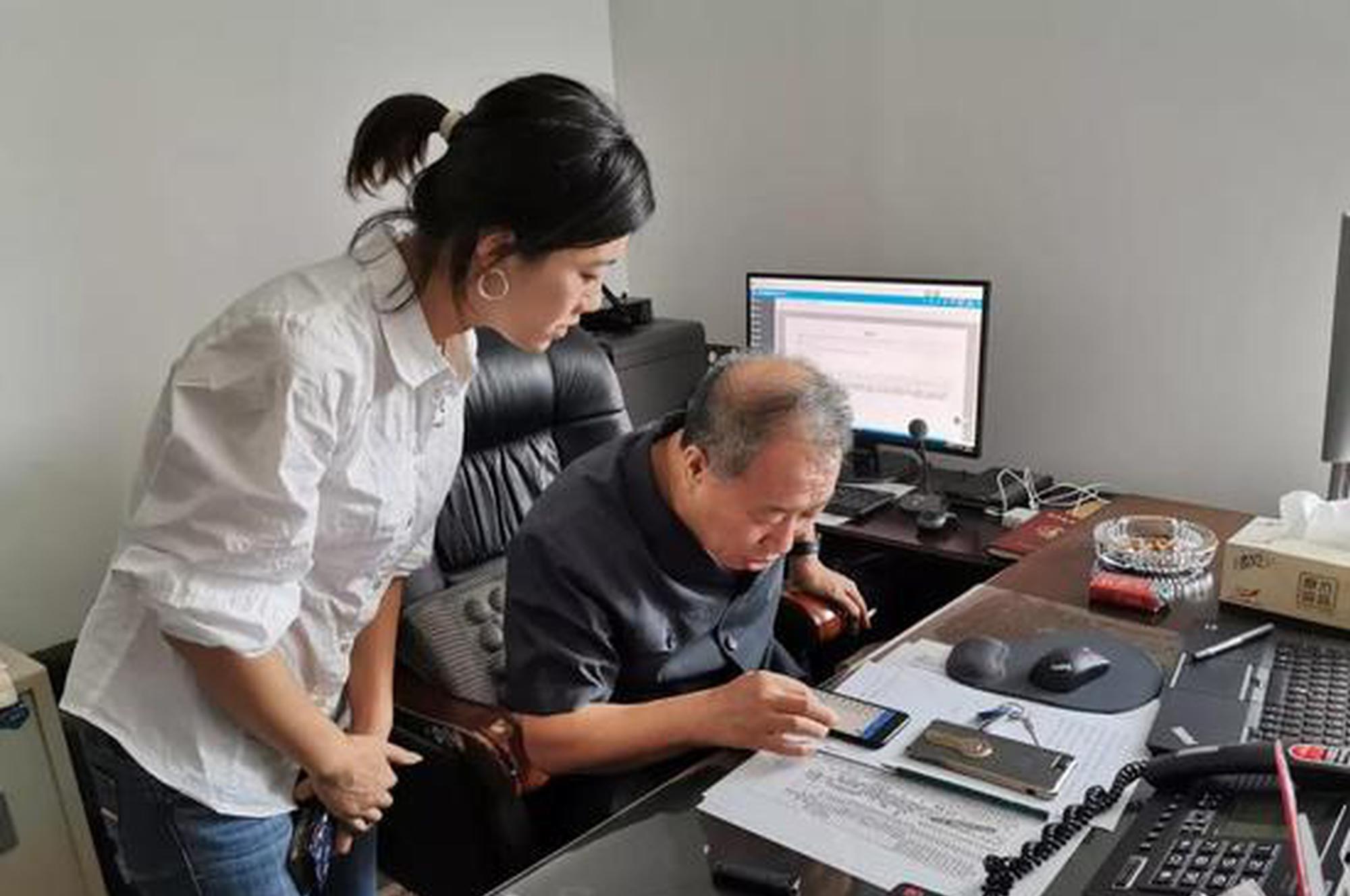 党组成员、纪检组长郭雪林学习新办公系统