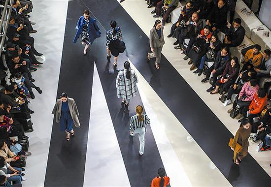 在大连春季时装周分会场恒隆广场,艾罗利品牌举办发布会。大连日报记者王华 摄
