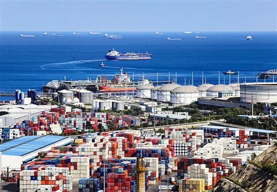 忙碌的大窑湾港。大连日报记者王华 摄