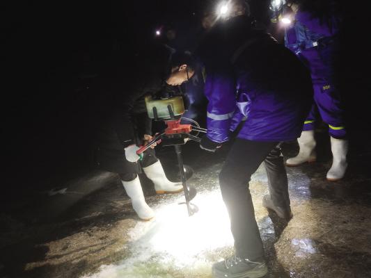 救援队员连续奋战8小时,完整取出遗体。