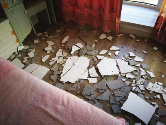 两平方米的墙皮脱落。