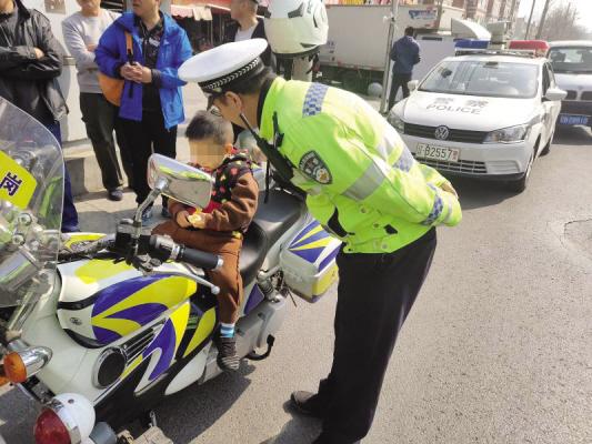 警员安抚走失的孩子。