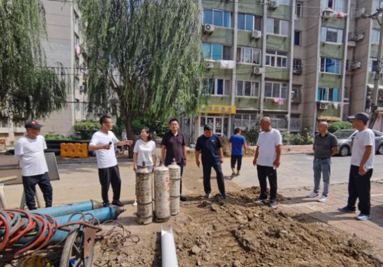 街道赵斌斌书记、杨勇主任、闫立权副主任带队查看新型社区供暖管道维修现场