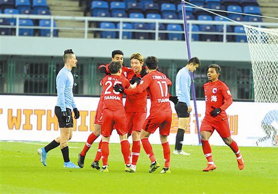 天津天海队球员杨旭在进球后与队友庆祝。 本报记者杨大伟 摄