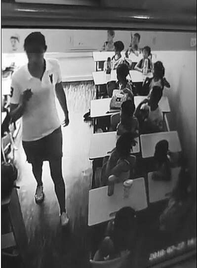 老师转身后,可以看到手里拿着燕尾夹。