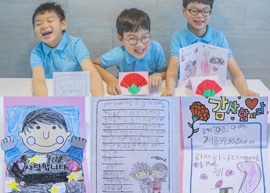宋家三胞胎制作的康乃馨和贺卡作为父母节礼物。