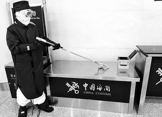 """大連海關工作人員在對""""保健礦石""""進行放射性檢測。(受訪者供圖)"""