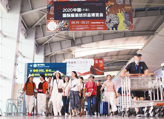 大连周水子国际机场的大型广告牌让客人们一下飞机就感受到浓浓的服博会氛围。大连新闻传媒集团记者张春雷 摄