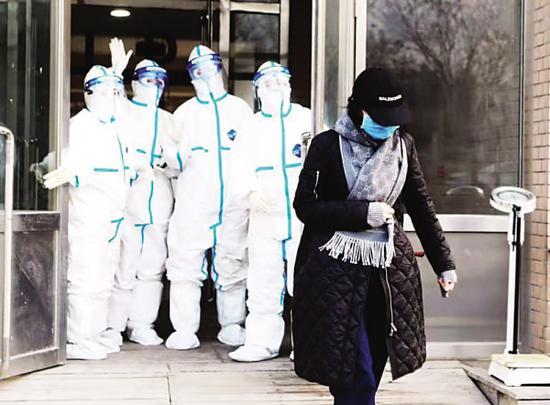 六院的医护人员目送患者离开。