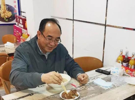 3月20日晚上,区委副书记、区长申守勃带头到万达广场消费就餐,引导餐饮堂食有序恢复。