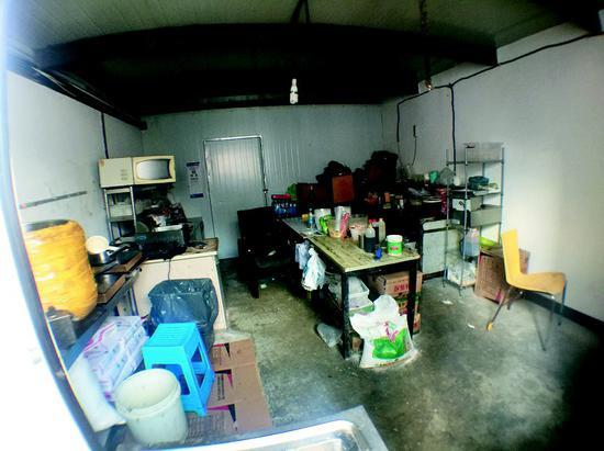 据说这个屋里是鸭血粉丝汤加工场地。
