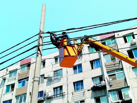 供电公司安排人员紧急抢修故障设备