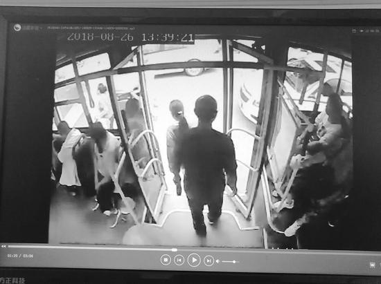 捡包者上车时空手,下车时左手多了一个包。半岛晨报、海力网摄影记者范佳德