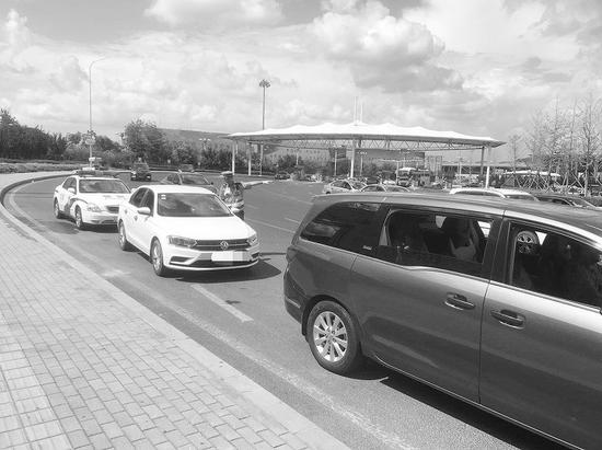 交警在机场附近道路整治机动车违停。