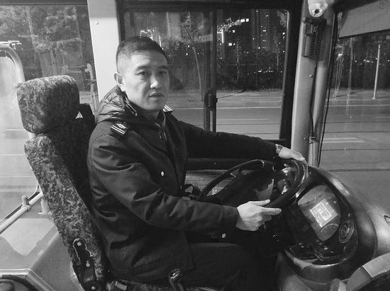 張翰是529路區間車的專職司機,就是在他的幫助下,倆女生才能早點回家。