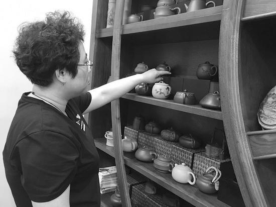 展架上标价最贵的茶壶被偷走了。
