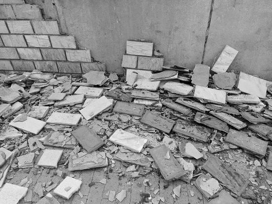 脱落的瓷砖堆了一地。