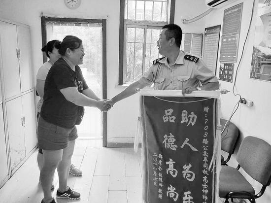 男童的母亲张女士送锦旗表示感谢。受访者供图