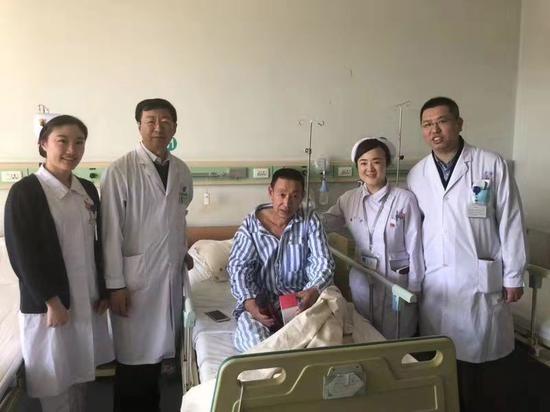 患者康复出院前与医护人员合影,左二李泉林主任、右一张志伟教授。