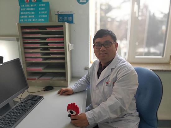 图说:大连医科大学附属第一医院联合路院区日间手术中心主任安伟德
