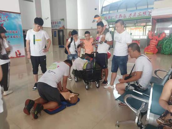 队员在为皮口港的乘客进行心肺复苏演示