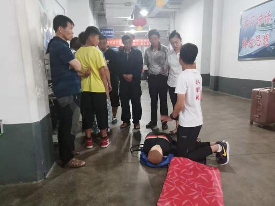 大连港的乘客热情地观摩学习心肺复苏