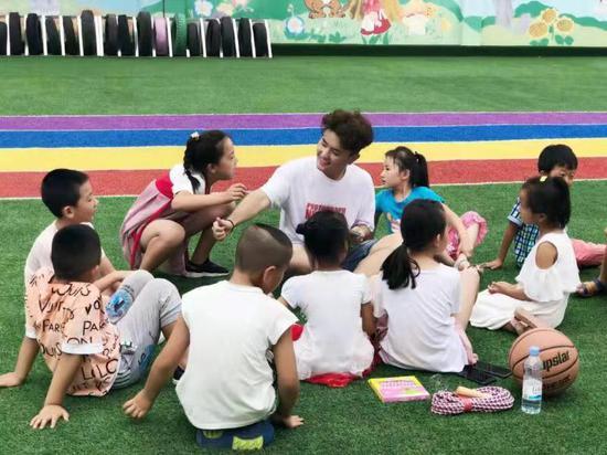 庄河青堆镇妇女儿童之家的志愿者在组织孩子们开展户外活动