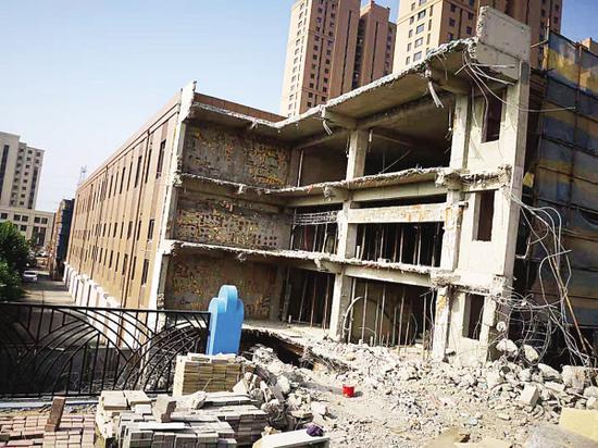 涉嫌违建的公建被拆除。