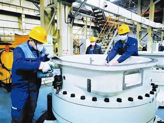 △重工·起重集团员工正在进行风电产品装配