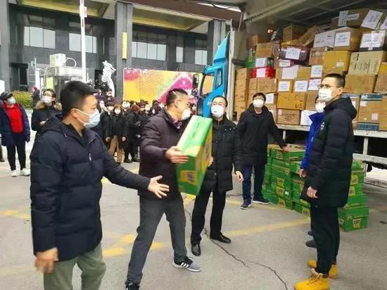 ▲ 2月12日,2辆来自大连的物资车抵达队员们的驻地。