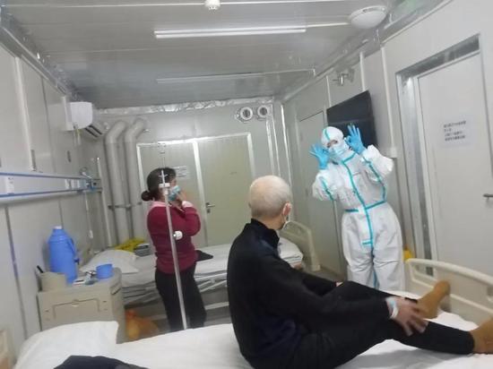 大连医护人员新技能 却让雷神山患者看哭了