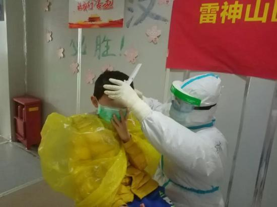 护士为小彦剪头发
