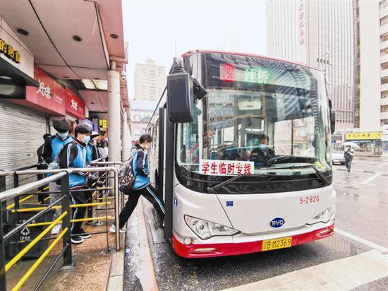 昨日,大连公交集团在全市试运行学生临时专车,计划开通77条依附于线路的学生专车,投入运力222台。 大连新闻传媒集团记者王华 摄