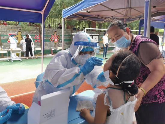 大连爱尔眼科医院党支部书记赵丽女士为社区居民进行核酸检测