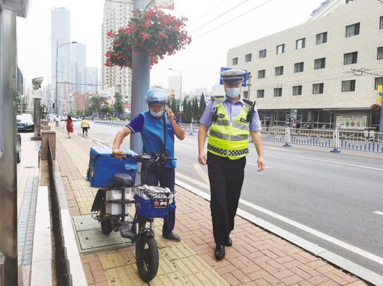 全警上路管交通。