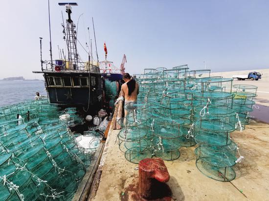 不少渔船装备了捕蟹利器——蟹笼子。