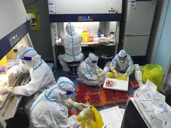 鞍山队与市友谊医院检验科工作人员一起,24小时人员不停,机器不停,确保核酸检测工作顺利进行。