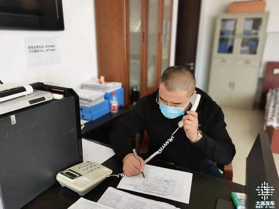 杨福忠倾听居民诉求并记录下来。