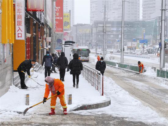 7000余名除雪人员全力作业应对暴雪