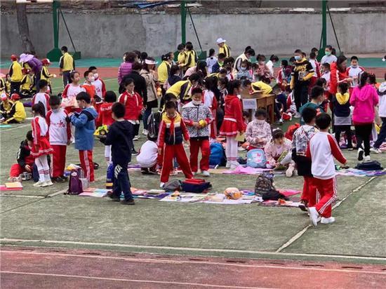 春柳小学组织开展跳蚤市场大集捐资助学活动
